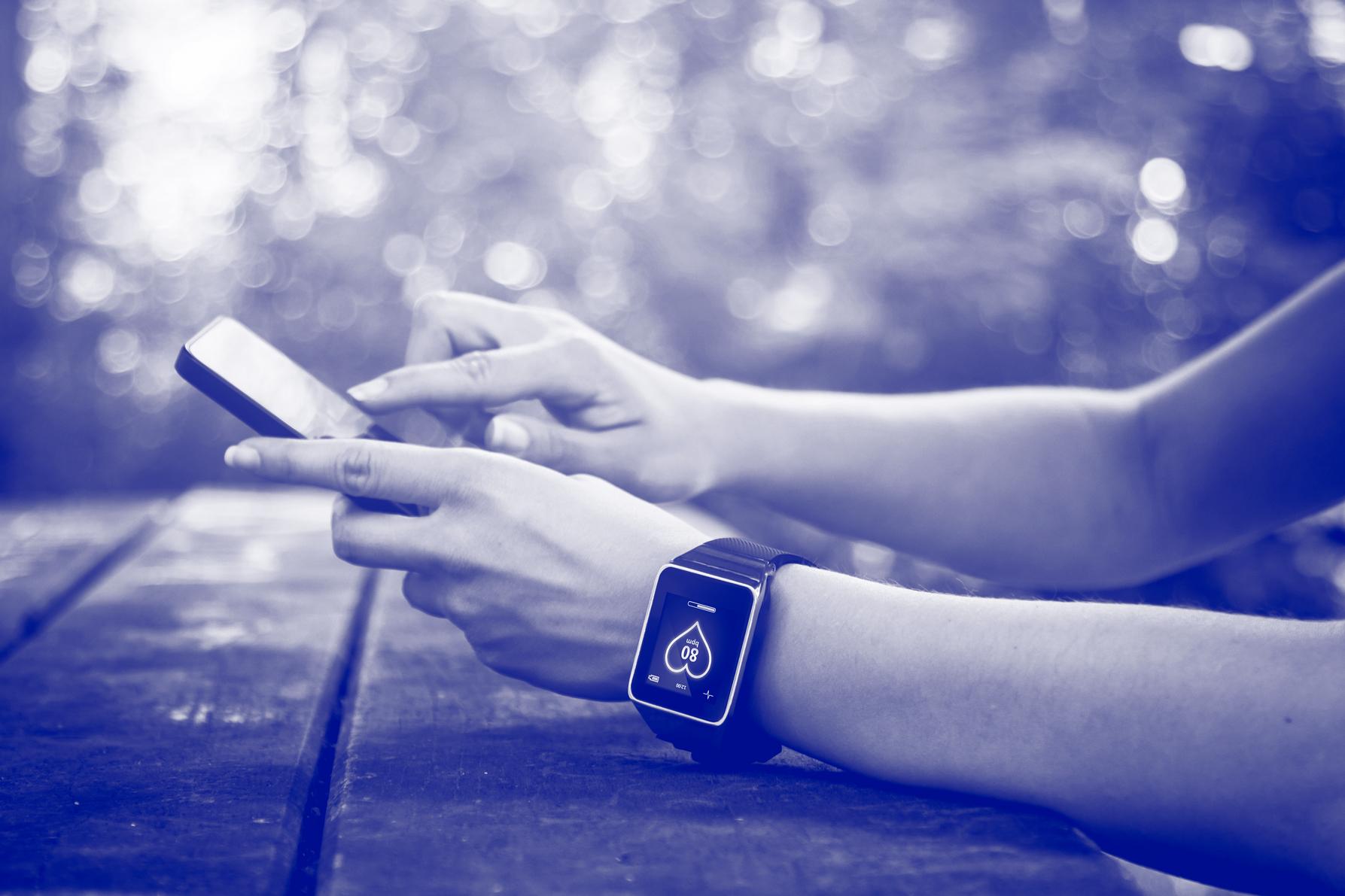 TischSmartphone-685867444_blau_rgb